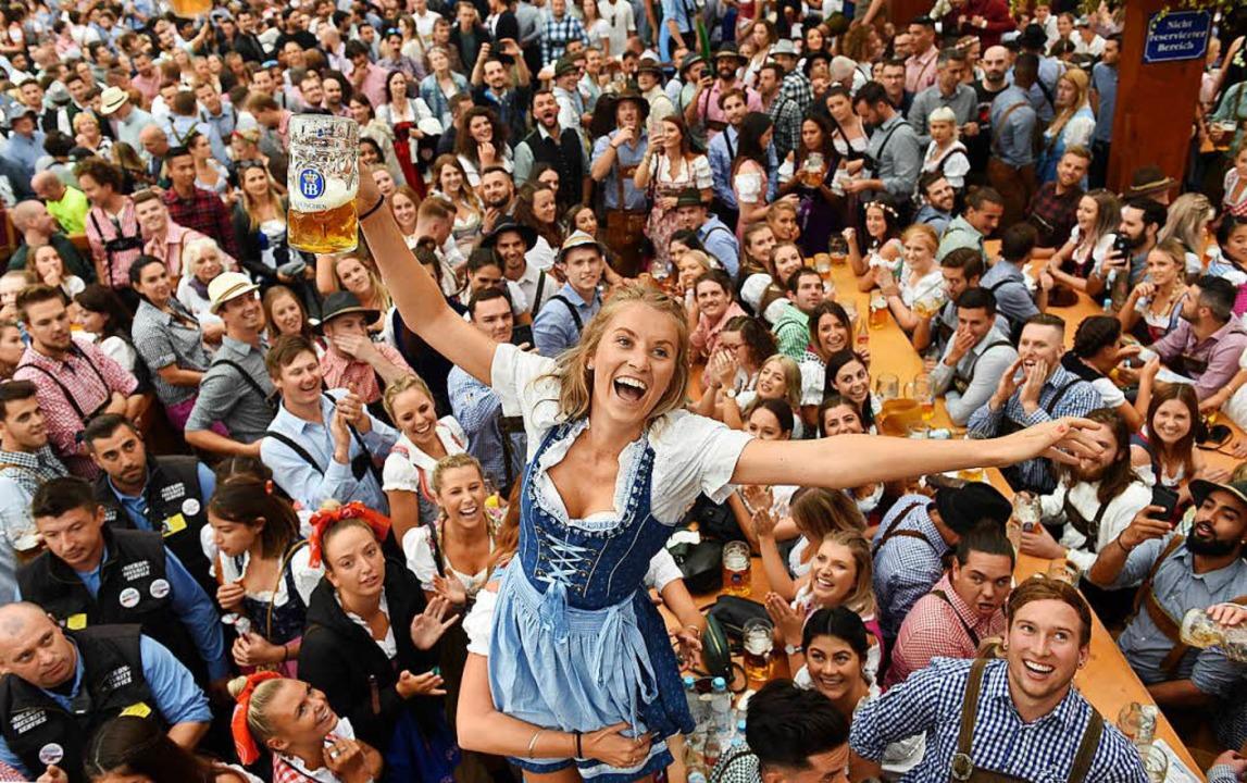 Auf der Wiesn in München kostet die Maß Bier dieses Jahr bis zu 11,50 Euro.  | Foto: AFP