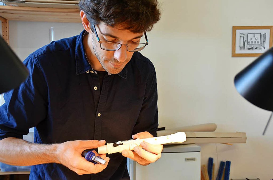 Ricardo Simian in seiner Werkstatt in Basel mit einer Oboe aus dem 3D-Drucker.   | Foto: Sarah Beha