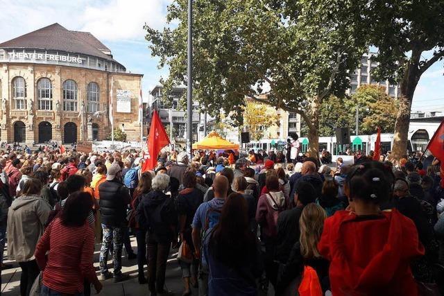 Rund 2000 Menschen fordern auf Demo durch die Innenstadt ein Recht auf Seenotrettung