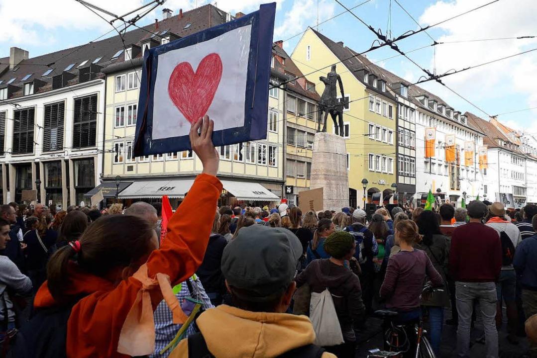 Ein Herz für mehr Menschlichkeit auf d...e auch am Bertoldsbrunnen Halt machte.  | Foto: Fabian Vögtle