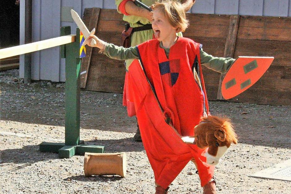 Die kleine Hanna verbreitete Furcht und Schrecken beim Kinder-Ritterturnier (Foto: Hans Jürgen Kugler)