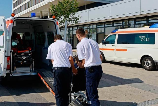 Betrunkener stürzt aus Fenster und greift behandelnden Arzt an