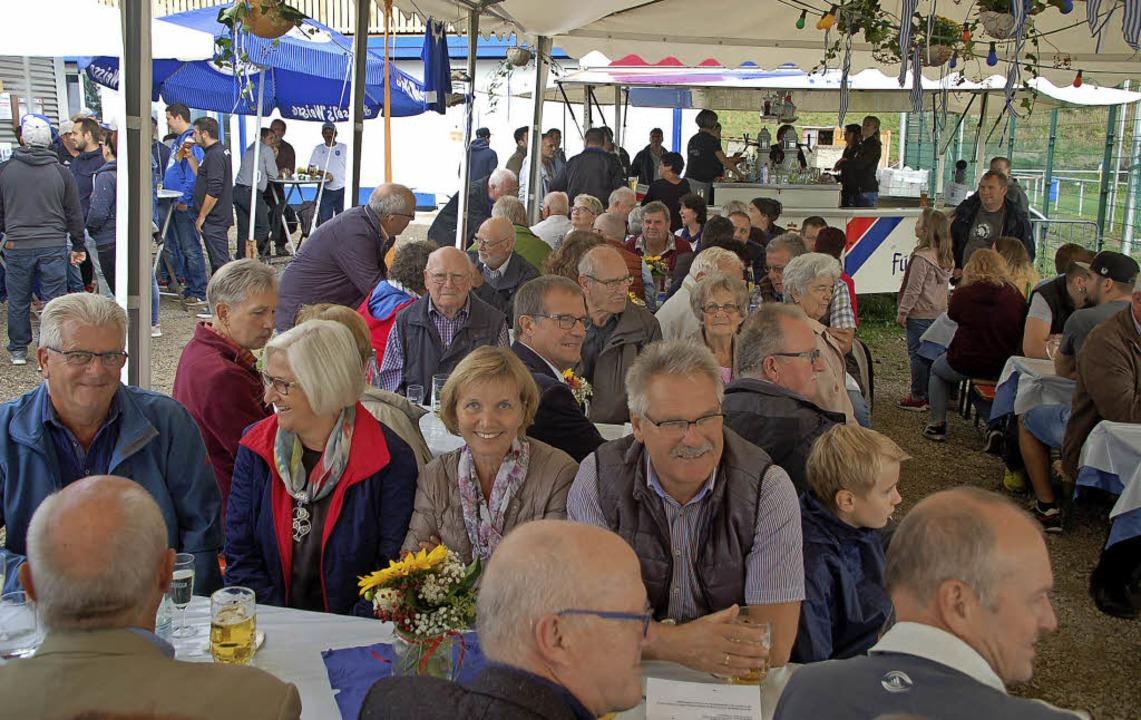 Verdiente Vereinsmitglieder, Sponsoren...ndwerker füllten das kleine Festzelt.   | Foto: Petra Wunderle