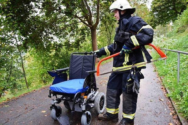 Mann stürzt in Titisee-Neustadt mit Rollstuhl ab – Passanten helfen