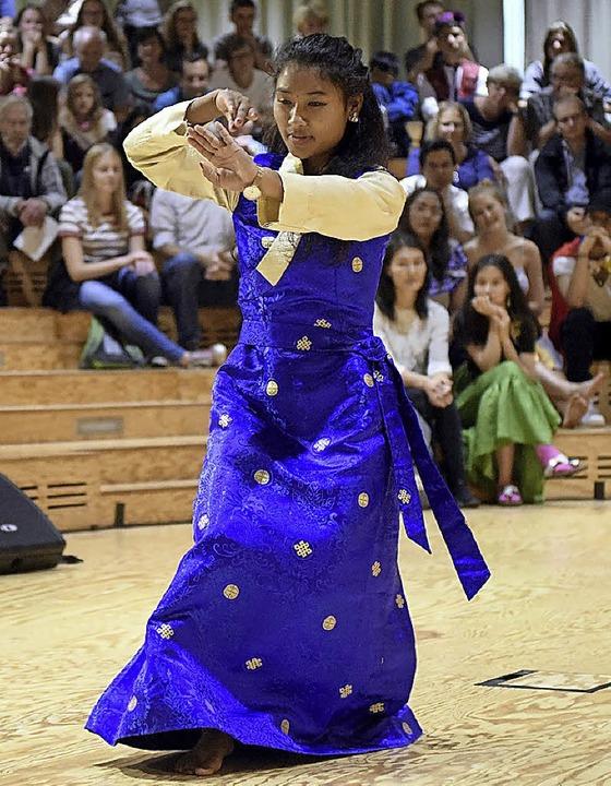 Eine Freiburger UWC-Studentin tanzte i... Tradition ihres Heimatlandes Nepal.    | Foto: thomas kunz