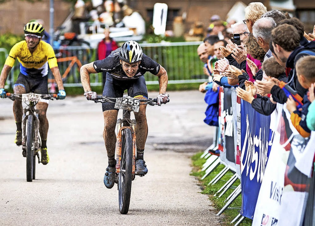 Simon Stiebjahn sprintet im Cross-Coun... vor Martin Loo aus Estland zum Sieg.   | Foto: Max fuchs