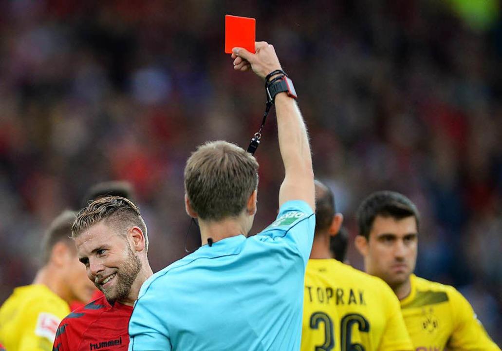 Die rote Karte ist angesagt, wenn es b...ach die Väter des Fußball-Nachwuchses.  | Foto: dpa