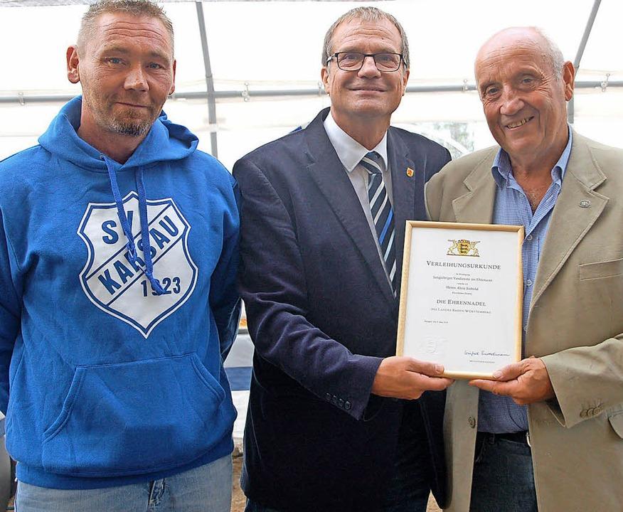 Alois Siebold (von rechts) erhält durc...ber freut sich auch Alexander Loritz.   | Foto: Petra Wunderle