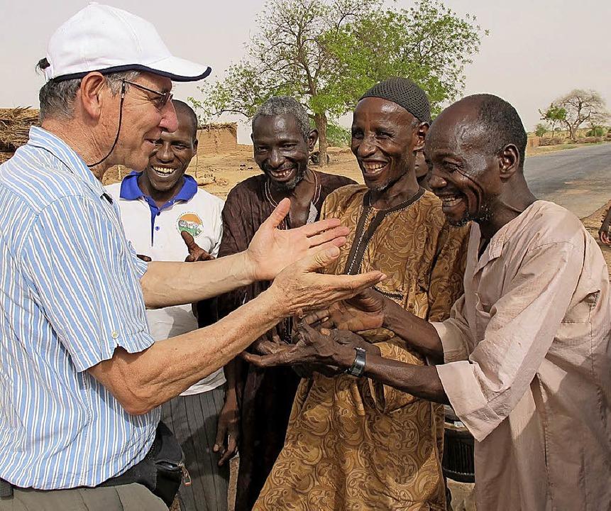 Zu Besuch:  der ehemalige Missionar Tony Rinaudo bei alten Freunden  | Foto: Johannes Dieterich
