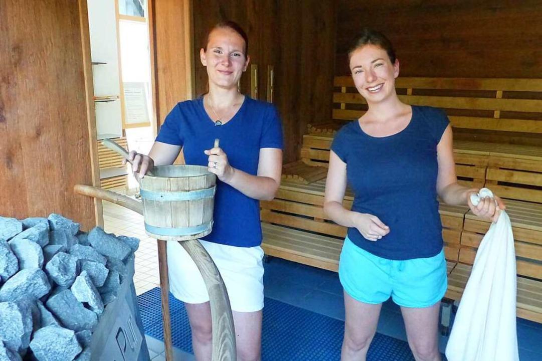 Saunameisterinnen Nicole Meyer (links) und Melanie Sacher bei der Arbeit  | Foto: Claudia Bachmann-Goronzy