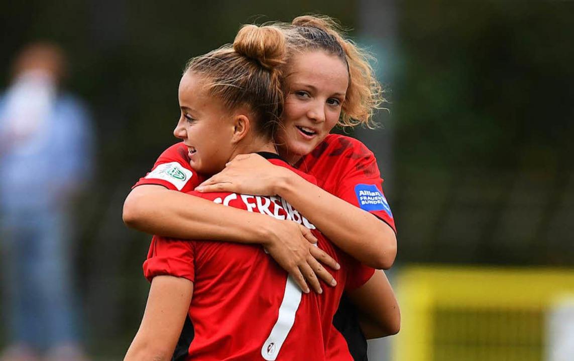 Giulia Gwinn (vorn) und Verena Wieder bejubeln das 4:0.   | Foto: Pas