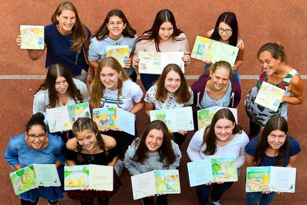 Zwölf  Schülerinnen haben  mit ihren z...Buch-Projekt  auf die Beine gestellt.   | Foto: Ingo Schneider