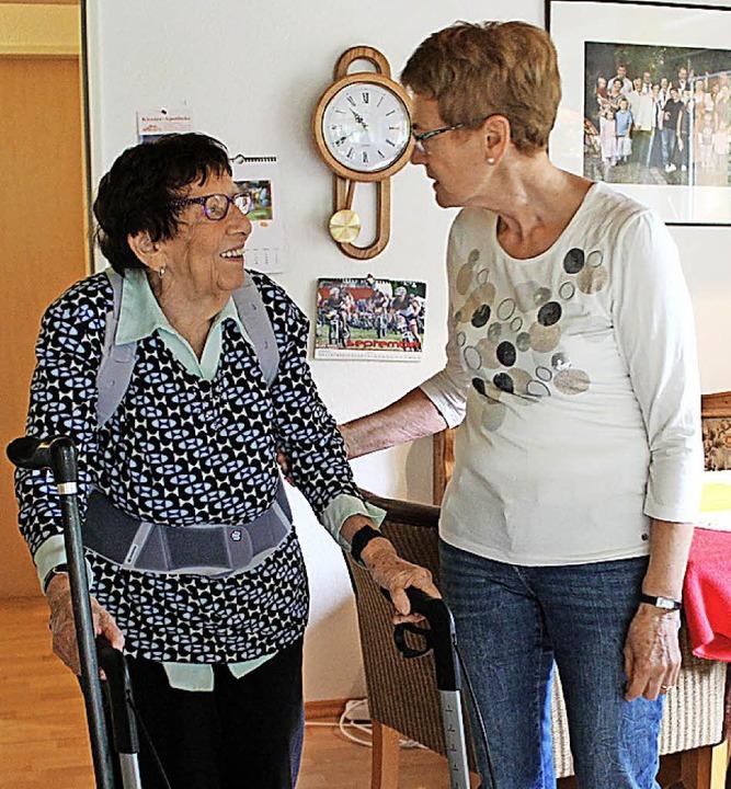 Die 87-jährige Rosina Zink und ihre Al...utz pflegen ein vertrautes Verhältnis.  | Foto: Erich Krieger