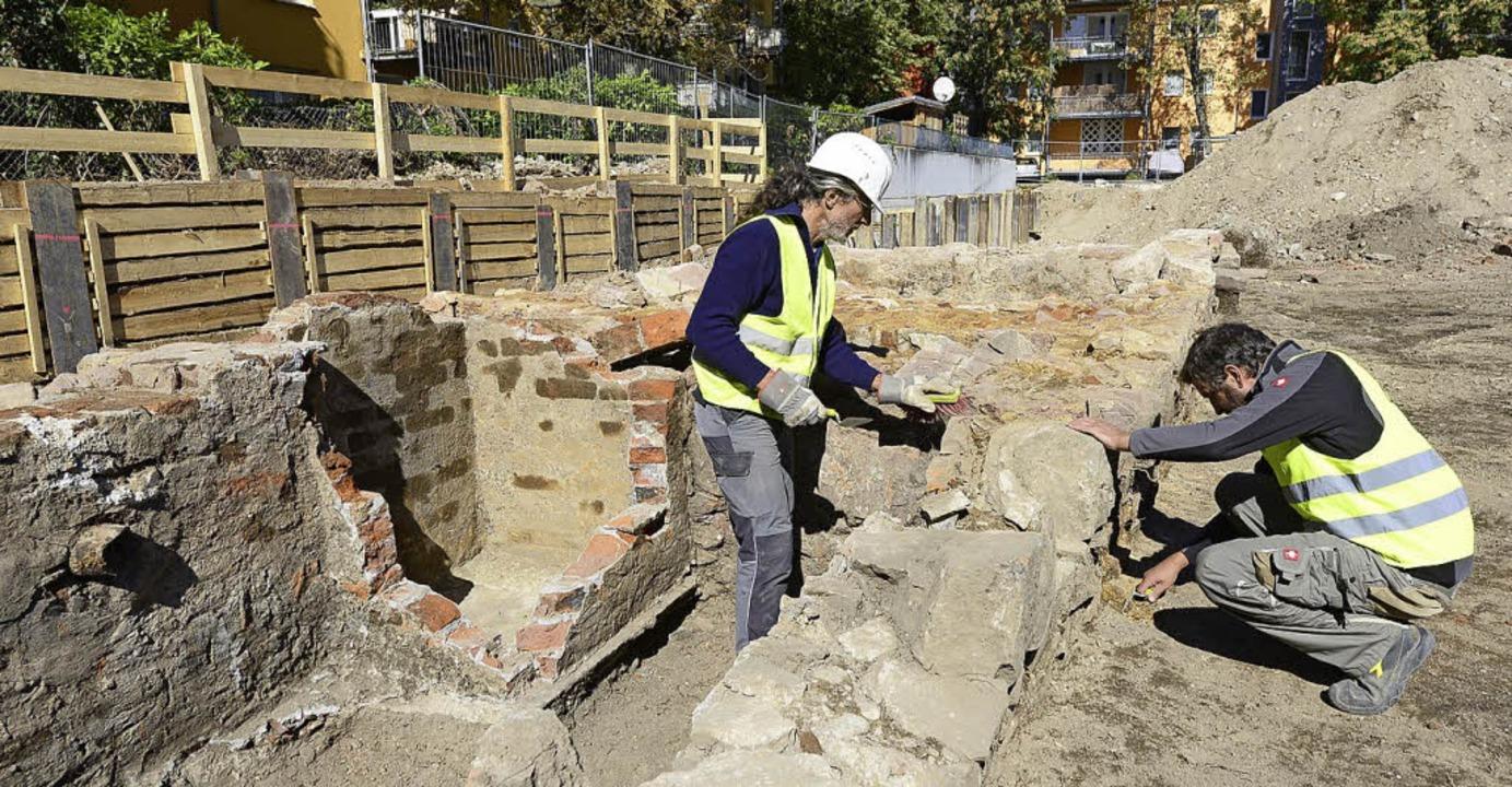 Die Baugrube wird nach und nach ausgeh...rgen Wiedmann  die Funde untersuchten.  | Foto: Ingo Schneider