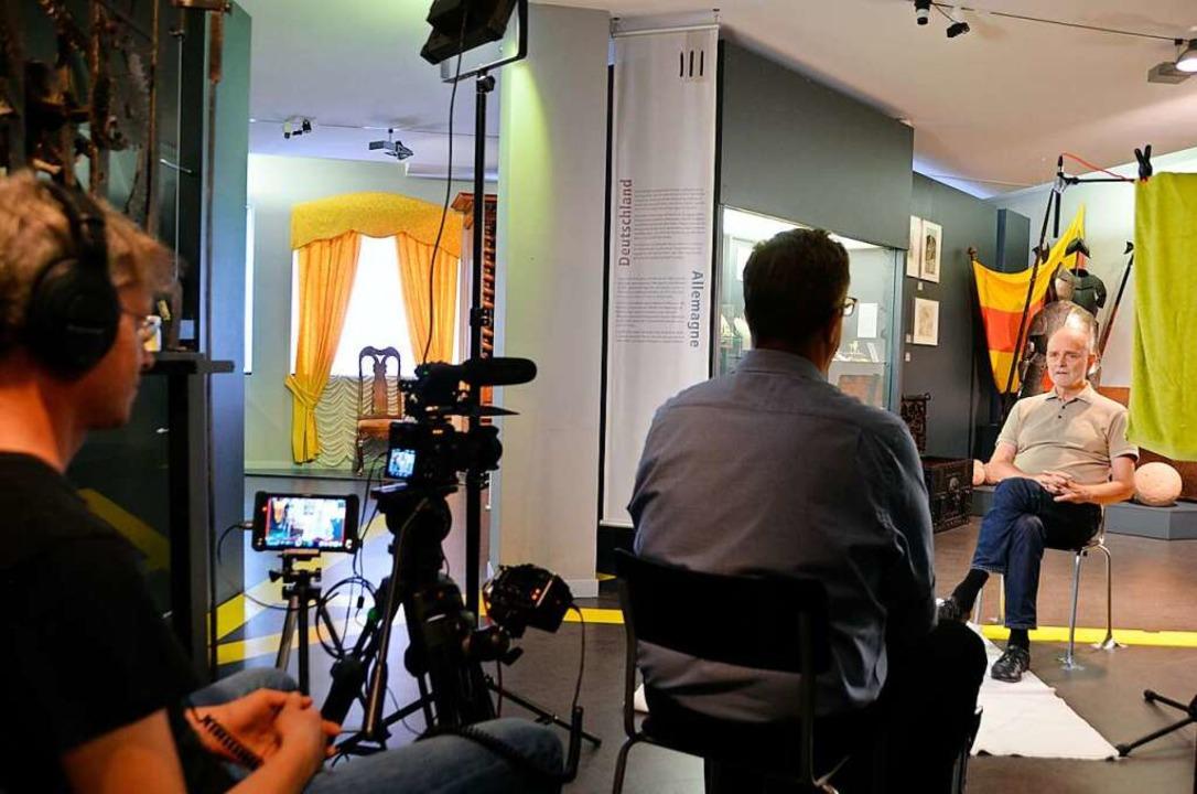 Kirchhoff interviewt die Zeitzeugen im Dreiländermuseum.  | Foto: Dorothee Soboll
