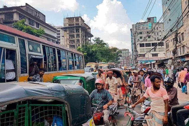 Auf den Straßen von Dhaka gibt es täglich Stau, der die Stadt lahm legt