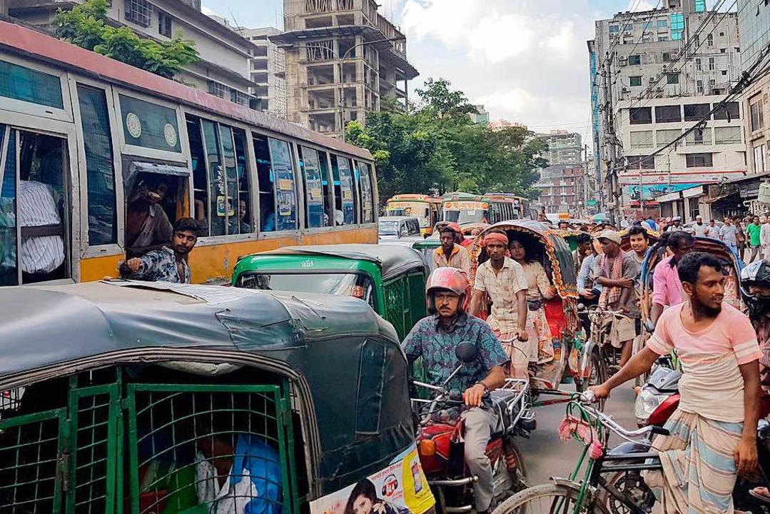 Wer sich auf die Straßen Dhakas begibt...chnen, stundenlang stecken zu bleiben.  | Foto: dpa