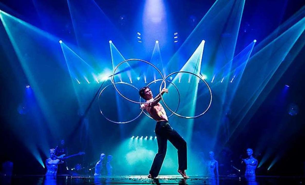 Anton Monastyrsky verzaubert das Publikum mit seiner Hula-Hoop-Choreographie.  | Foto: Europa-Park Rust