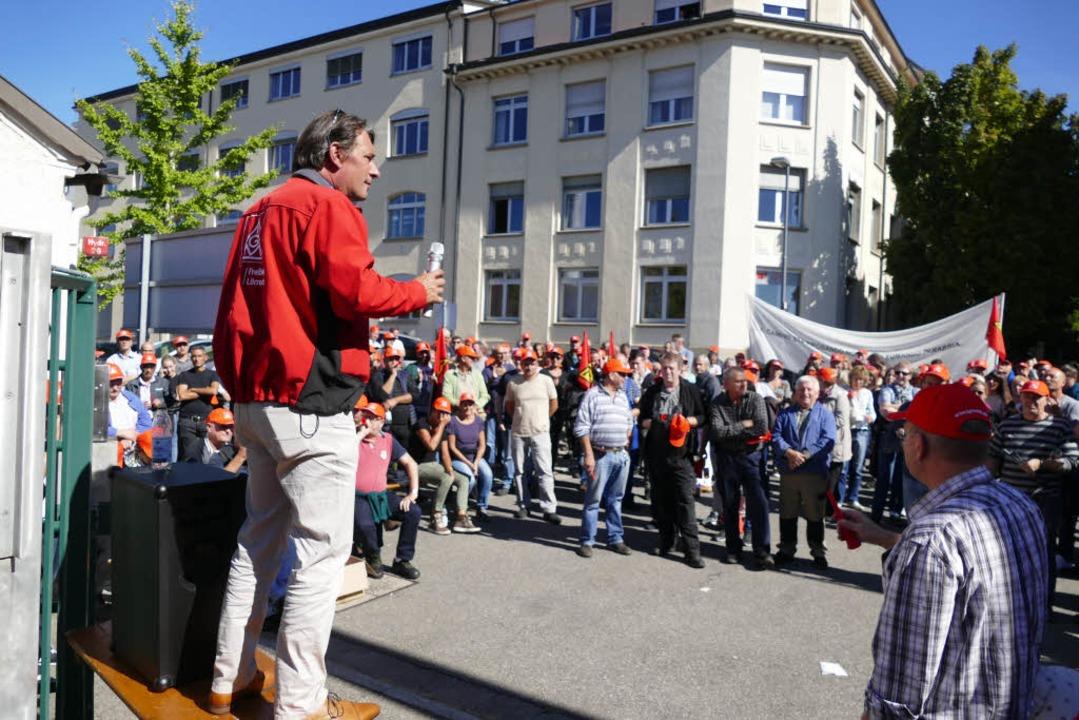 Öffentliche Betriebsversammlung vor dem Werkstor der KBC Fashion in Lörrach.  | Foto: Sabine Ehrentreich