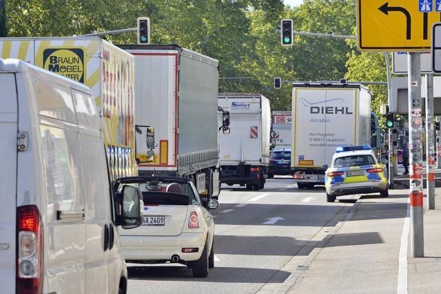Stau nach Unfall auf der B31 in Freiburg Richtung Westen