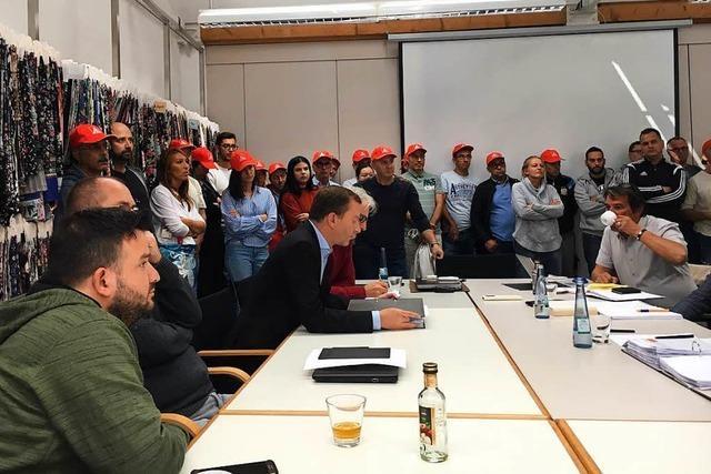 Verhandlungen bei KBC in Lörrach – Mitarbeiter drängen in den Konferenzraum