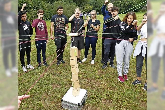 Schüler ziehen gemeinsam die Fäden