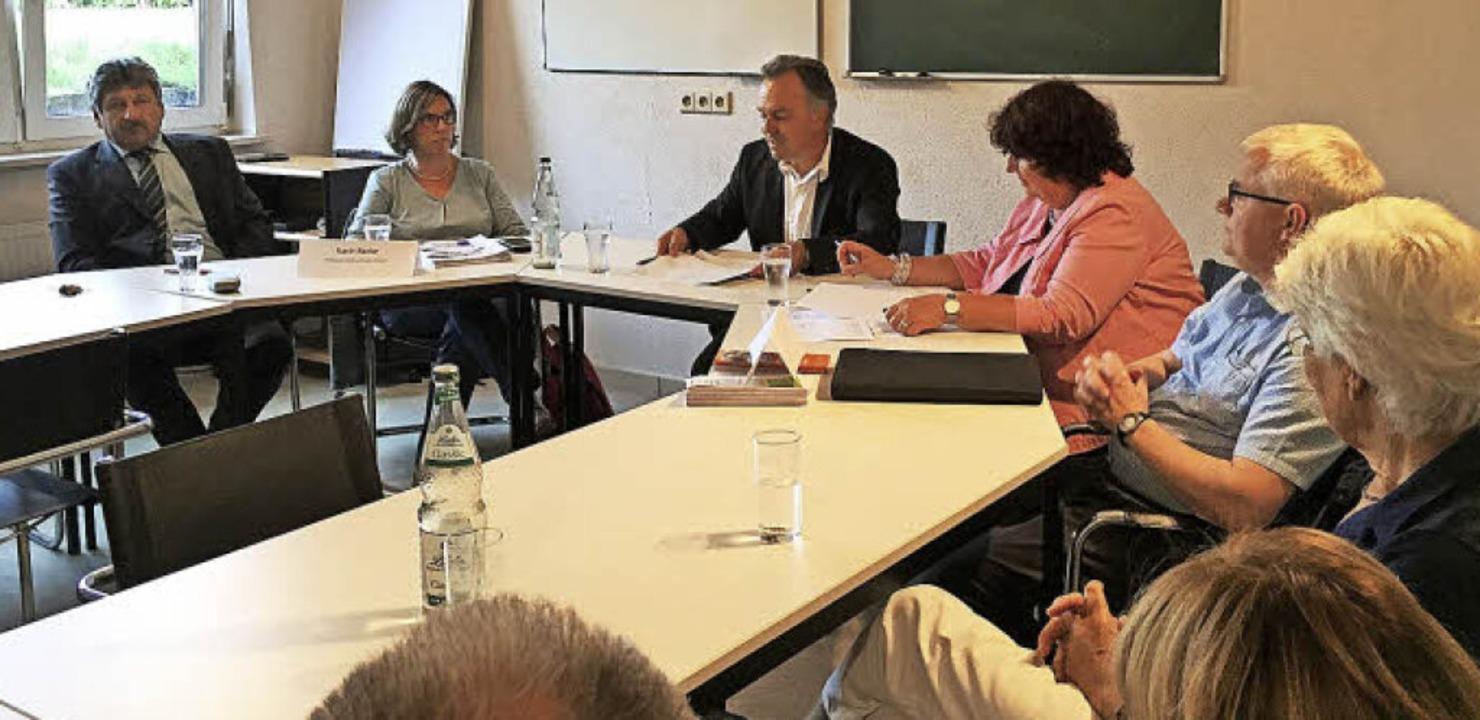 Josha Frey (Mitte) lud zur Diskussions...and Matzker (ganz links) nahmen Teil.     Foto: Privat