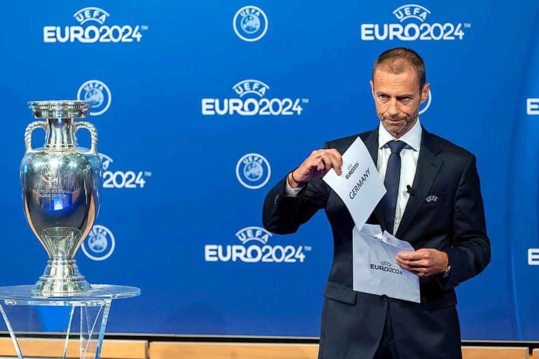 Im Moment, als Uefa-Präsident Aleksand...Deutschland ist Ausrichter der EM 2024  | Foto: dpa