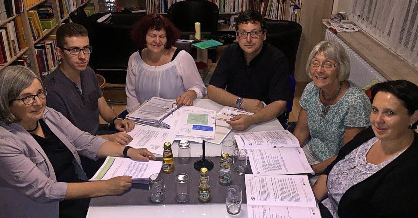 Die Projektgruppe bei der Arbeit (von ..., Monika Kretsch und Martina Schweizer  | Foto: Claudia bachmann-Goronzy