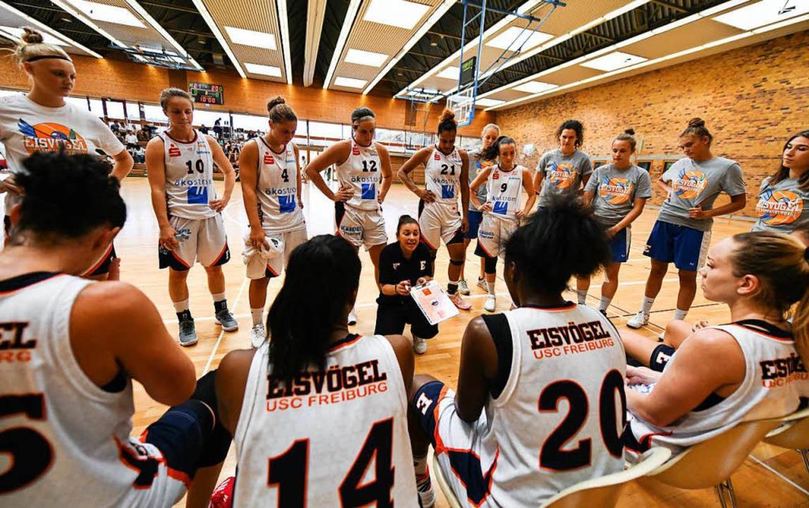 Das USC-Team um die neue Trainerin Han...s (kniend) bei einer Taktikbesprechung    Foto: Patrick Seeger