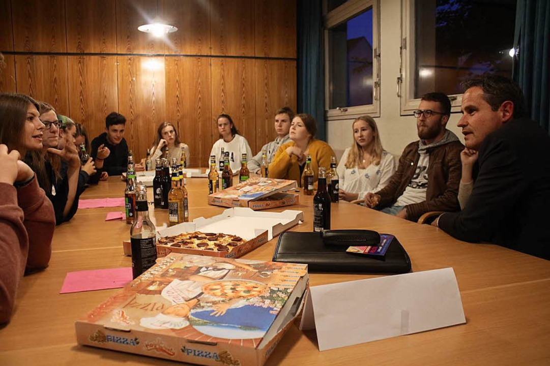 Plausch bei Pizza und Getränken: Die B...lten sich den Fragen der Jugendlichen.  | Foto: Anja Bertsch