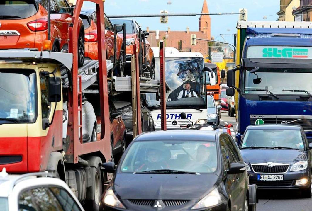 Bis zu 40.000 Fahrzeuge täglich rollen über die B31.  | Foto: Ingo Schneider