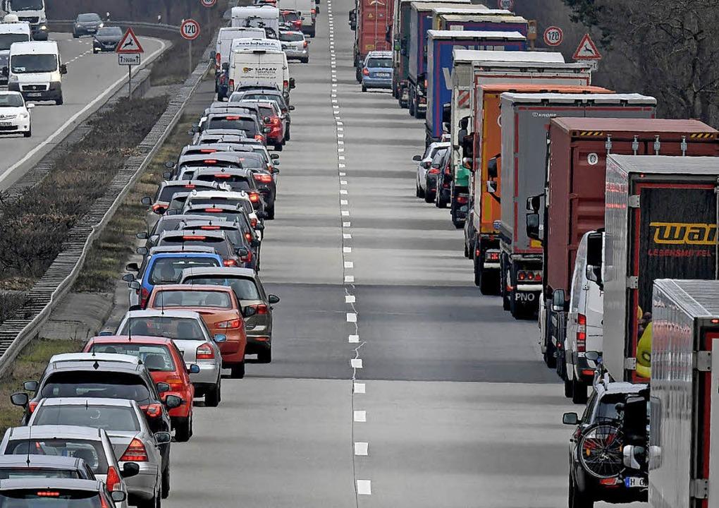 Vorbildlich: Fahrer von Personenwagen ... auf der Autobahn eine Rettungsgasse.   | Foto: Holger Hollemann (dpa)