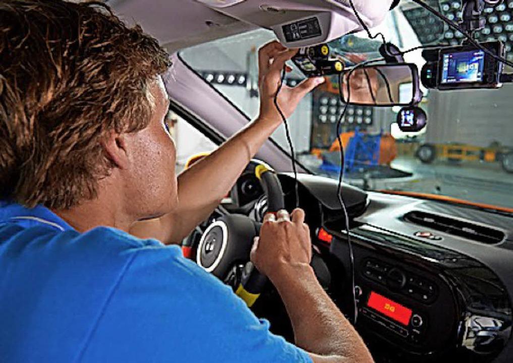 Verkabelt: Experten prüfen Autokameras.     Foto: ADAC/dpa