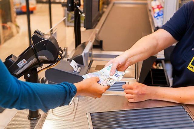 So kann man im Supermarkt beim Einkaufen Bargeld abheben