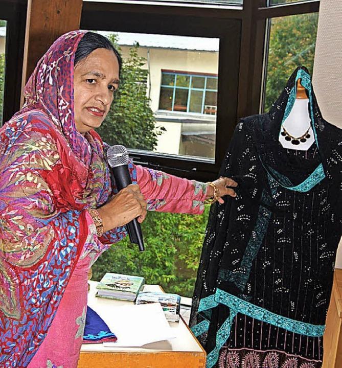 Rubina Kausar beschrieb die pakistanische  Festkleidung.    Foto: Roland Gutjahr