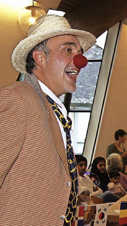 Der Clown Alfredo Schnepfle unterhielt...ng das beim Spiel auf seiner Dambura.     Foto: Roland Gutjahr
