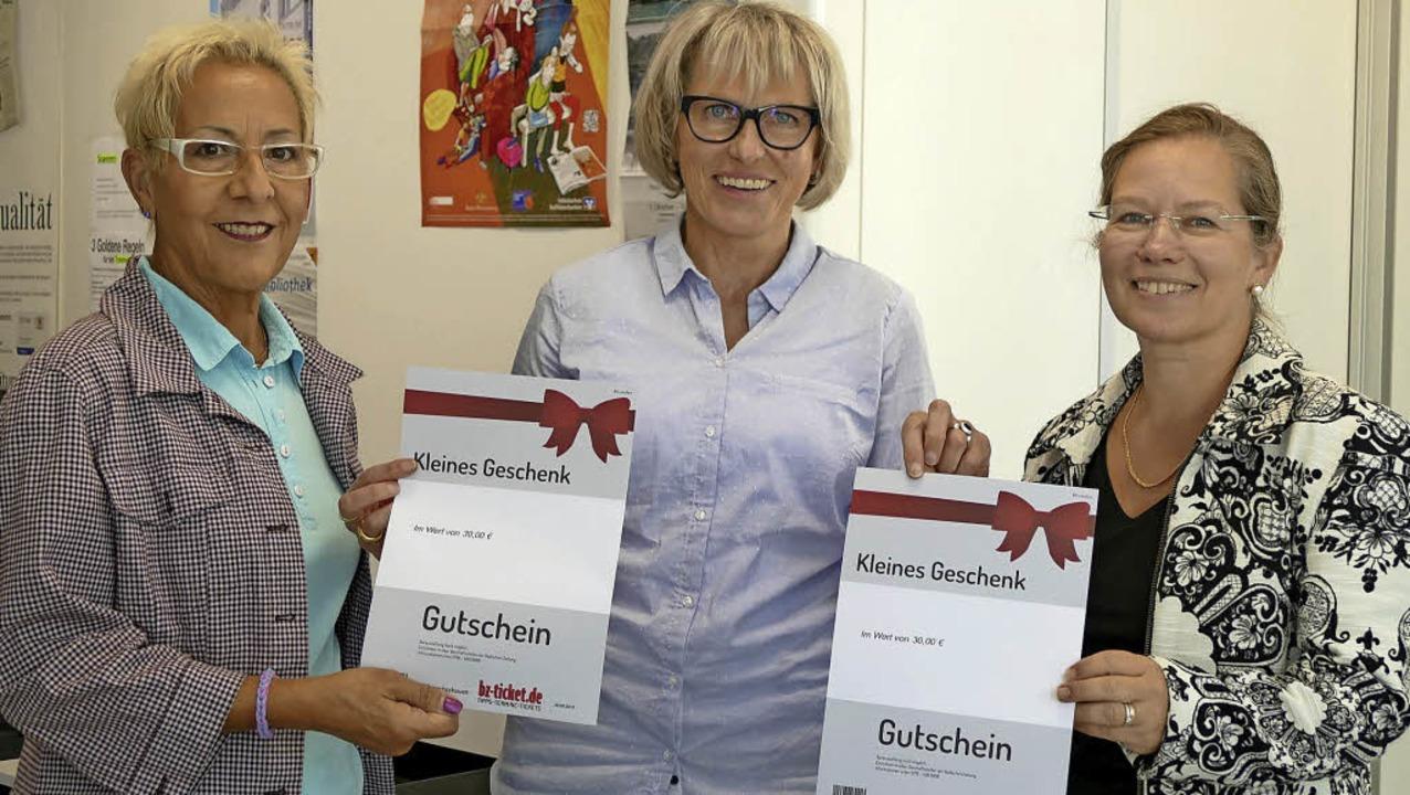 So sehen Gewinner aus: Redaktionsleite...s) und Diana Stöcker ihre Gutscheine.   | Foto: Verena Pichler