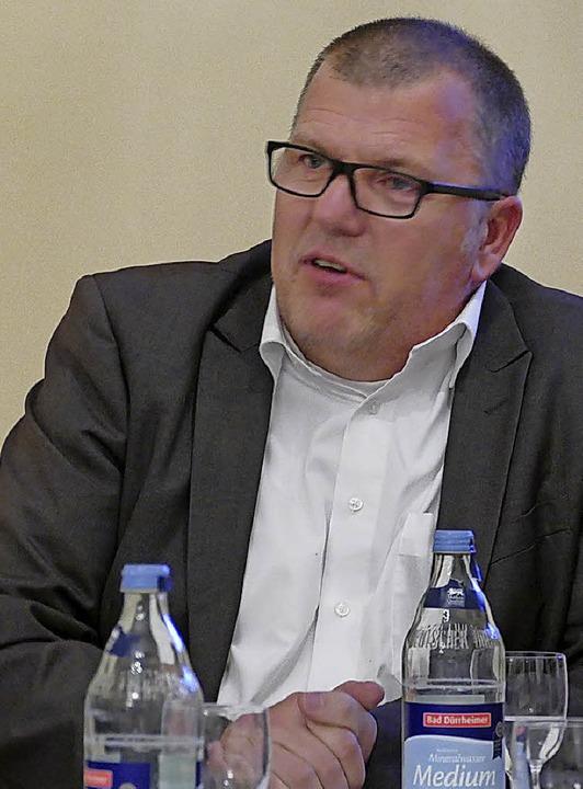 Patrik Habeth von der Firma Forplan er...emeinderat  den Feuerwehrbedarfsplan.   | Foto: jul