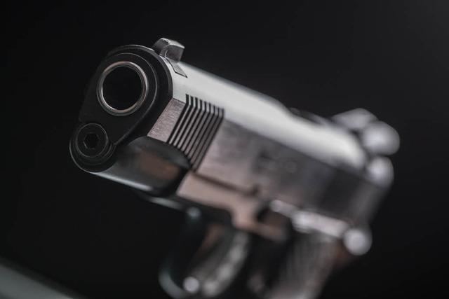 Mann schießt in Freiburg-Weingarten vom Balkon