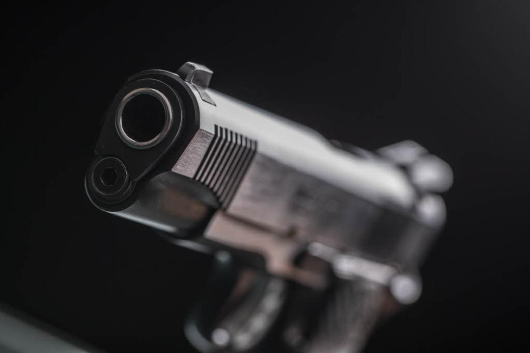 Die Polizei fand in der Wohnung unter anderem Schreckschusswaffen (Symbolbild).  | Foto: martywalker156/Adobe Stock
