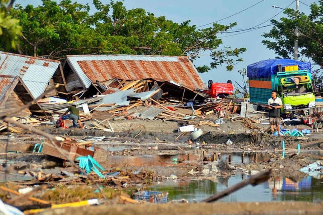 Ein Mann steht inmitten von zerstörten..., Zentral-Sulawesi, verursacht wurden.    Foto: dpa