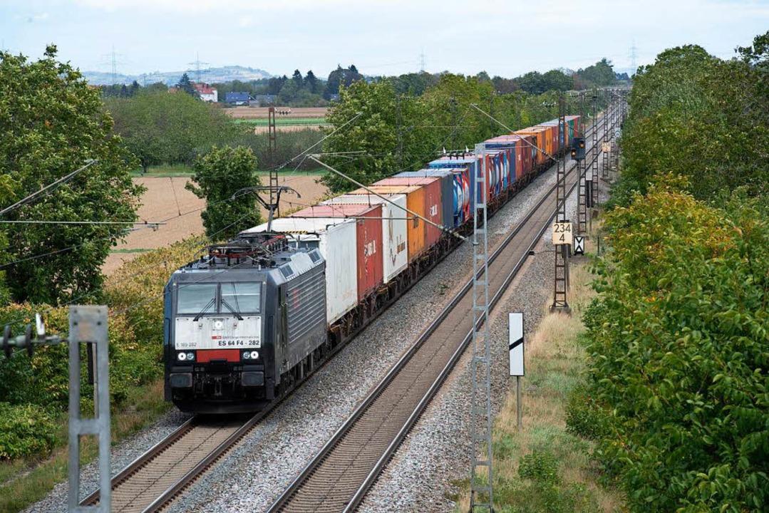 Güterzug bei Hügelheim: Wie wird das d... vierte Gleis den Winzerort passieren?  | Foto: Volker Münch