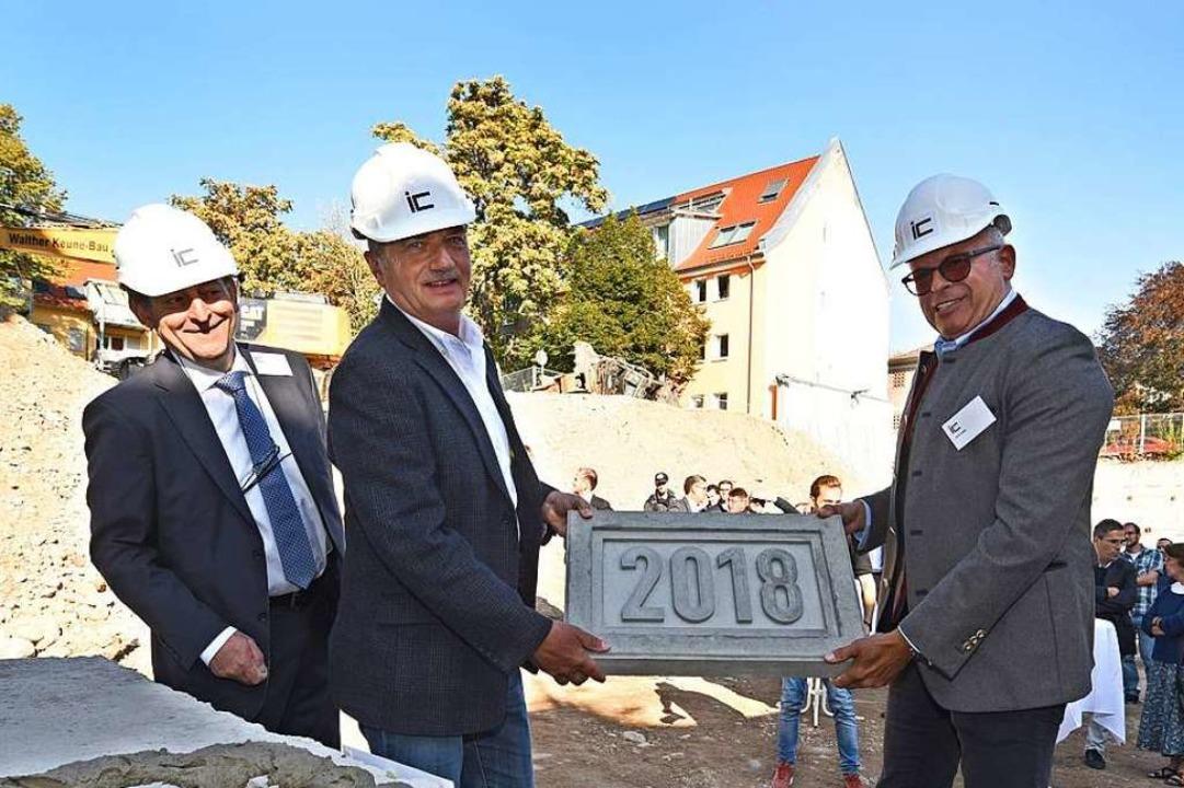 """Ein neues  """"Fizz"""" entsteht..., IC-Projektleiter Mazen Azmeh (links)    Foto: Rita Eggstein"""