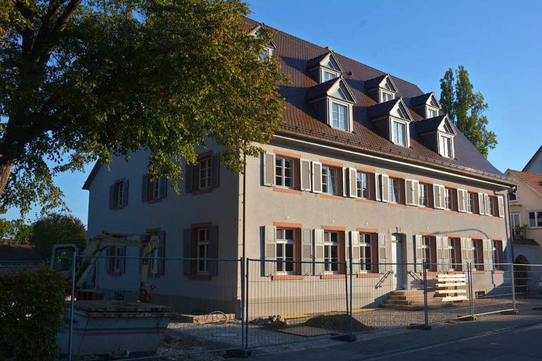 Noch wird am Hirschen gebaut, aber sch...Wirtshausschild wieder Gäste einladen.  | Foto: Hannes Lauber