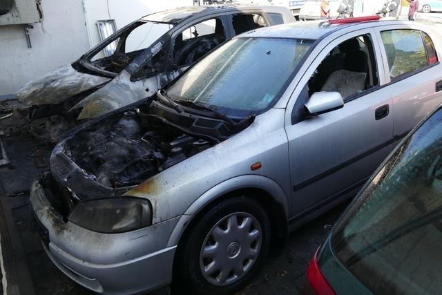 Zwei Autos fangen in der Tramplerstraße in Lahr Feuer