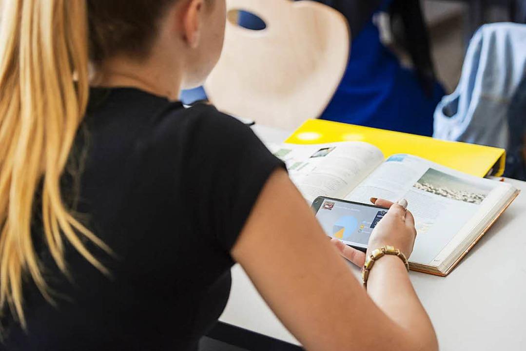 Die Nutzung  von Handys ist an der Rea...en Schulzeit und auf dem Gelände tabu.  | Foto: Daniel Schoenen