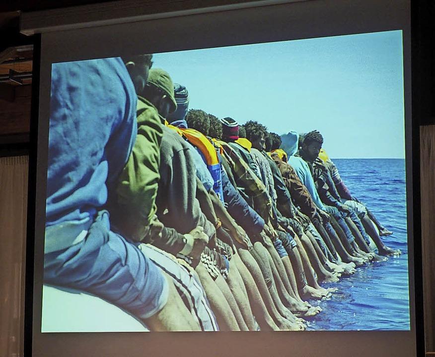 Der Fotojournalist und Politiker zeigte eindrückliche Fotos.  | Foto: J. Geiger