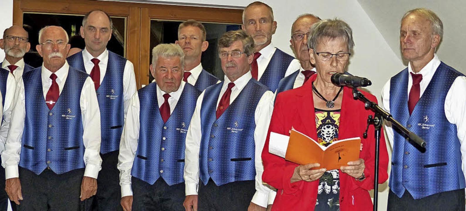 Mundartdichterin Mariele Loy mit dem Männergesangverein Schwarzwald  | Foto: Barbara Odrich-Rees