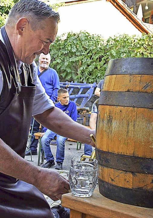 """30 Liter Enkendörfler """"Saufaus&#...oachim Onderka zum Auftakt gratis aus.    Foto: Hildegard Siebold"""